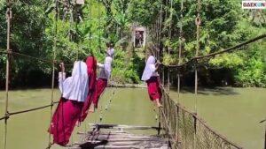 Viral Sejumlah Anak SD Bergelantungan di Jembatan Gantung, Begini Kata Kadin PUPR Sulbar