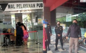 Pasang Wajah Jutek, Petugas Mal Di Surabaya Yang Layani Pengunjung Sambil Makan Pentol Kena Tegur