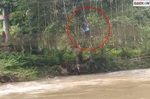 Viral, 1 Orang Cewek Bergelantungan Di Tali Jembatan Demi Sebrangi Sungai
