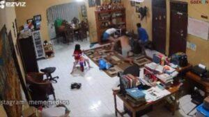 Bikin Miris, 2 Orang Tua Asik Main HP Hingga Sang Anak Jatuh Tertimpa TV Besar