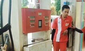 Petugas SPBU Di Palembang Diprotes Pelanggan Gara-Gara Minta Uang Kembalian