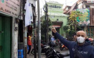 Protes Adanya PPKM, Warga Jalan Sasak Kibarkan Bendera Putih Di Depan Rukonya