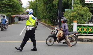 PPKM Darurat, Viral Polisi Bantu Bukakan Jalan Yang Disekat Untuk Ibu-Ibu Penjual Ayam