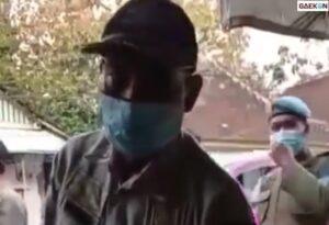 Bikin Ngakak, Petugas Satpol PP Ini Himbau Tukang Tambal Ban Layani Secara Online