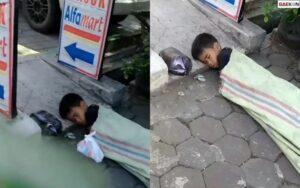 Viral, 1 Orang Anak Laki-Laki Tertidur Pulas Di Trotoar Berselimut Karung