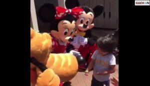 Viral Karakter Mickey Mouse Dan Minnie Mouse Di Disneyland Bisa Komunikasi Dengan Anak Tunarungu