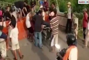 PPKM Darurat, Warga Nekat Terobos Beton Penutup Jalan Dengan Mengangkat Motornya