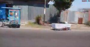 Heboh Peti Jenazah Tergeletak Di Pinggir Jalan, Diduga Jatuh Dari Ambulans