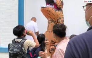 Beri Kejutan Sang Adik, Pria Ini Rela Pakai Kostum T-Rex Saat Jemput Ke Sekolah