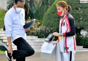 Momen Atlet Tawarkan Sepatu Kepada Presiden, Greysia: Dibeli Ya Pak, Ini UMKM Soalnya