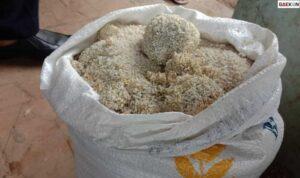 Diduga Kehujanan, Beras Bantuan PPKM Di Lebak Menggumpal Seperti Batu