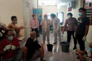 Cegah Penularan Covid-19, Polsek Medan Baru Cuci Hidung Para Tahanan