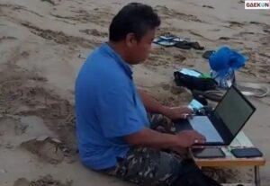 Demi Ajak Liburan Keluarga, Bapak Ini Bekerja Di Pinggir Pantai