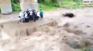 Foto Selfie Di Bawah Jembatan, Sejumlah Remaja Ini Justru Terjebak Banjir