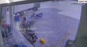 Terekam CCTV, Truk Pengangkut Barang Ini Tabrak Minimarket Saat Hendak Parkir