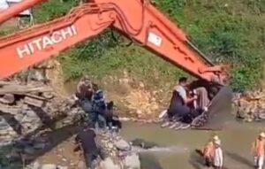 Jembatan Penyeberangan Putus, Ibu-Ibu Melahirkan Ini Terpaksa Naik Sekop Ekscavator