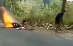 Terdiam Lemas, Motor Kurir Ini Tiba-Tiba Terbakar Saat Ditengah Perjalanan