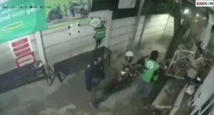 Terekam CCTV, Driver Ojol Ini Dikeroyok Massa Sampai Babak Belur
