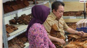 Pendiri Batik Danar Hadi Meninggal Dunia, Ini Profil Santosa Doellah