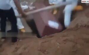 Petugas Pemakaman Ini Jatuh Terperosok, Ikut Masuk Ke Dalam Liang Kubur