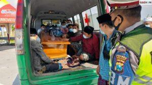 Polisi Hentikan Mobil Ambulans Di Exit Tol Ngawi, Ternyata Berisi 15 Orang Hendak Pulang Kampung