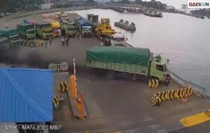Pedal Gas Truk Rusak, Truk Pakan Ternak Ini Terjun Ke Laut Pelabuhan Merak