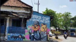 """Dinilai Provokatif, Satpol Pp Hapus Mural """"Dipaksa Sehat Di Negara Yang Sakit"""" Di Pasuruan"""