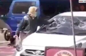 Viral, Wanita Ngamuk Di Pinggir Jalan Pecah Kaca Mobil Pakai Helm