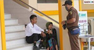 Bikin Haru, Ibu Di Aceh Ini Duduk Termenung Di Anak Tangga Temani Sang Buah Hati Tes CPNS