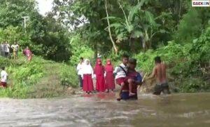 Jembatan Rusak Terendam Banjir, Ayah Di Sulbar Ini Rela Gendong Anaknya Sebrangi Sungai Karena Hendak Sekolah