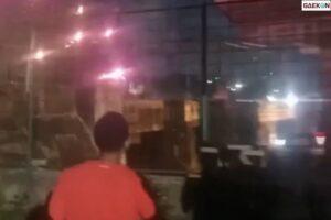 Polisi Tembakkan Gas Air Mata Bubarkan Tawuran Di Jalur Kereta Stasiun Manggarai