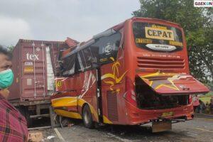 2 Orang Tewas, Bus Sugeng Rahayu Tabrak Truk Kontainer Di Kulon Progo