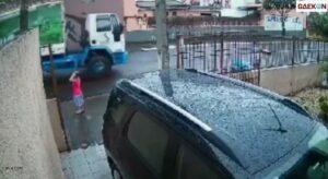 Nyaris Tertabrak Mobil, Anak Ini Berhasil Diselamatkan Petugas Pengangkut Sampah