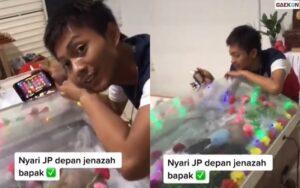 Viral, Pemuda Main Judi Online Di Dekat Jenazah Sang Ayah