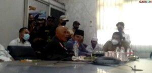 Tak Terima Imamnya Dihina, Massa Pendukung Habib Rizieq Ludahi Kadis Kominfo Karawang