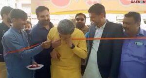 Viral, Menteri Di Pakistan Ini Potong Pita Peresmian Gedung Pakai Gigi