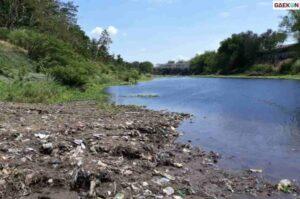 Tercemar Limbah Ciu, Polisi Ambil Sampel Air Sungai Bengawan Solo