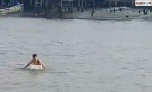 Berjuang Demi Sekolah, Bocah SD Ini Sebrangi Sungai Pakai Styrofoam