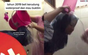 Siram 1 Ember Air, Wanita Ini Ingin Buktikan Kerudung Waterproofnya