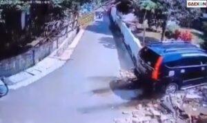 Terekam CCTV, Mobil Ini Melaju Kencang Tabrak Pagar Tembok Hingga Jebol