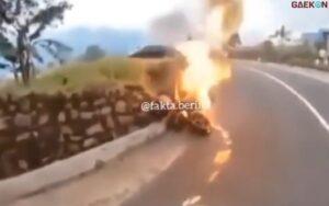 Sebuah Moge Terbakar Di Jalur Wisata Gunung Bromo