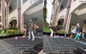 Pria Ini Sambut Para Jemaah Di Depan Masjid Hingga Rapikan Sandalnya