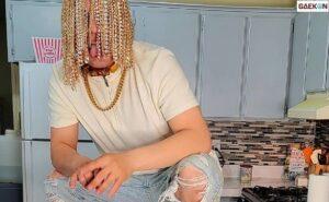 Musisi Ini Memperindah Rambutnya Dengan Tanam Rantai Emas Di Kepalanya