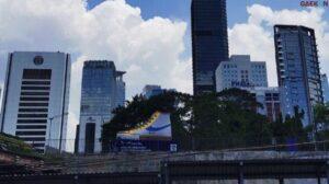 Percantik Ibu Kota, Bangunan Tugu Berbentuk Sepatu Di Jalan Sudirman Ini Siap Untuk Diajak Selfie