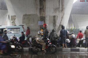 Berteduh Sembarangan Saat Musim Hujan, Pengendara Sepeda Motor Siap-Siap Kena Denda Rp 500 Ribu