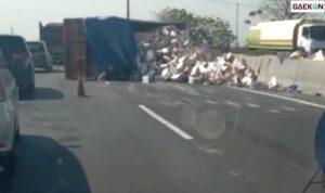 Truk Terguling Di Tol Kebomas, Ratusan Kardus Isi Kopi Sachet Berserakan Di Jalan